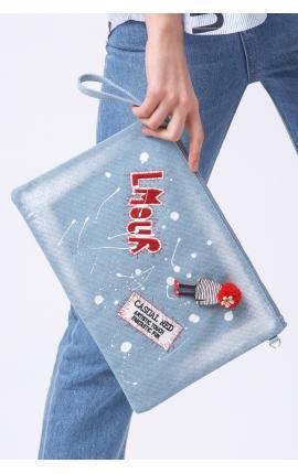 Джинсовый клатч-конверт с аппликацией: L'amour и кукла